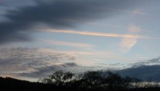 Zwischen Wolken und Himmelsblau,tanzen die Wolken Wiener Walzer.