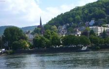 Linz am Rhein mit großen Schiff.