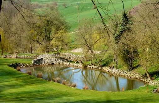Ein Teil von der Golfanlage auf dem Rotweinwanderweg..