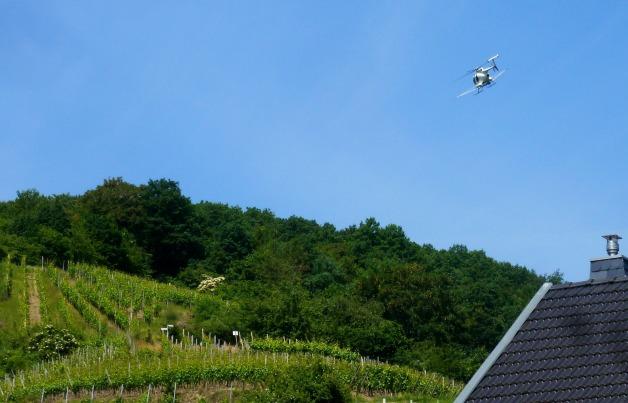 Hubschrauber bei besprühen der Weinberge..