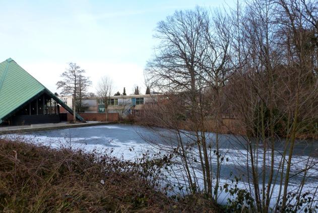 Kirche und der See mit Eis.